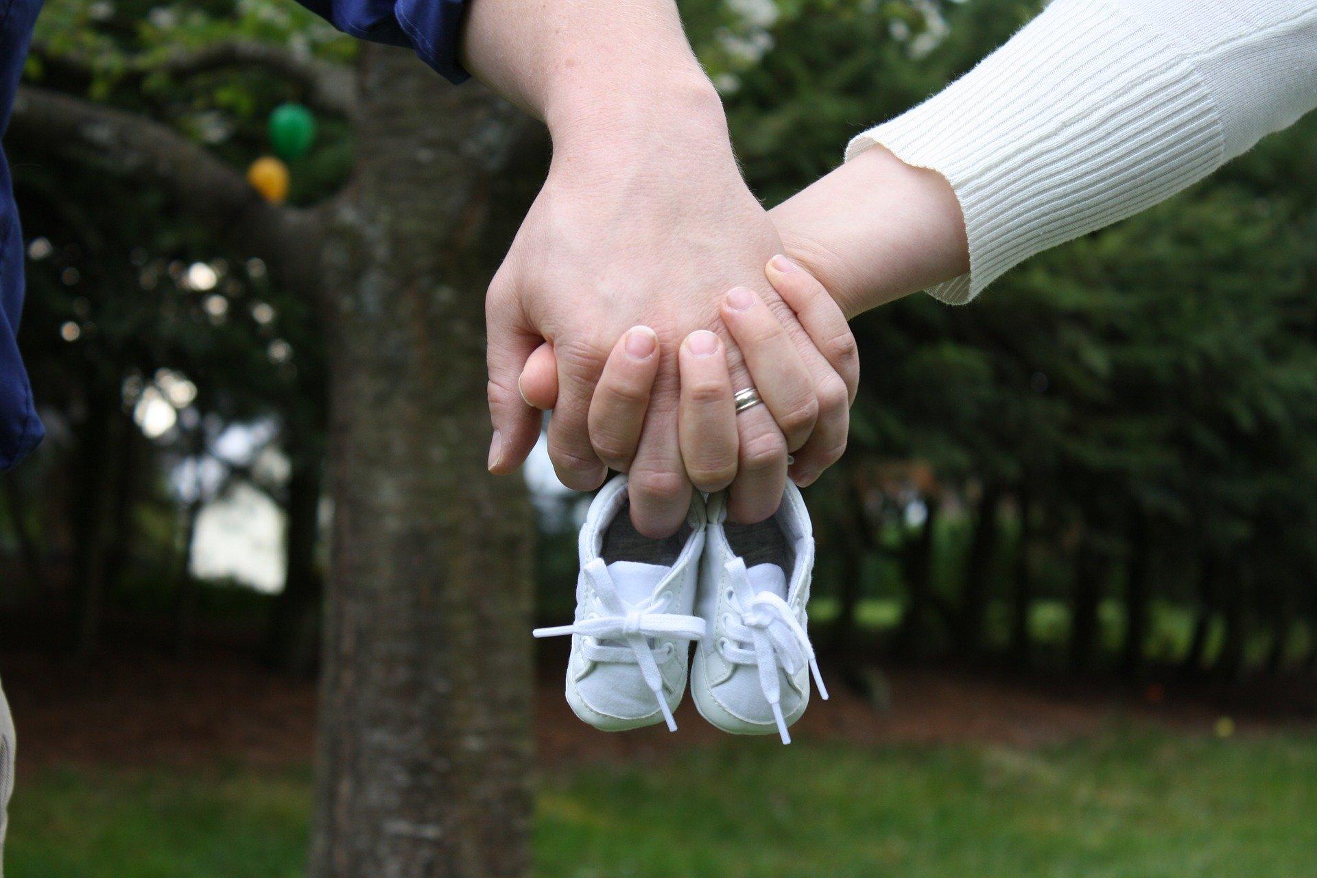 Maternità e paternità chi ne ha diritto, requisiti e importi spettanti