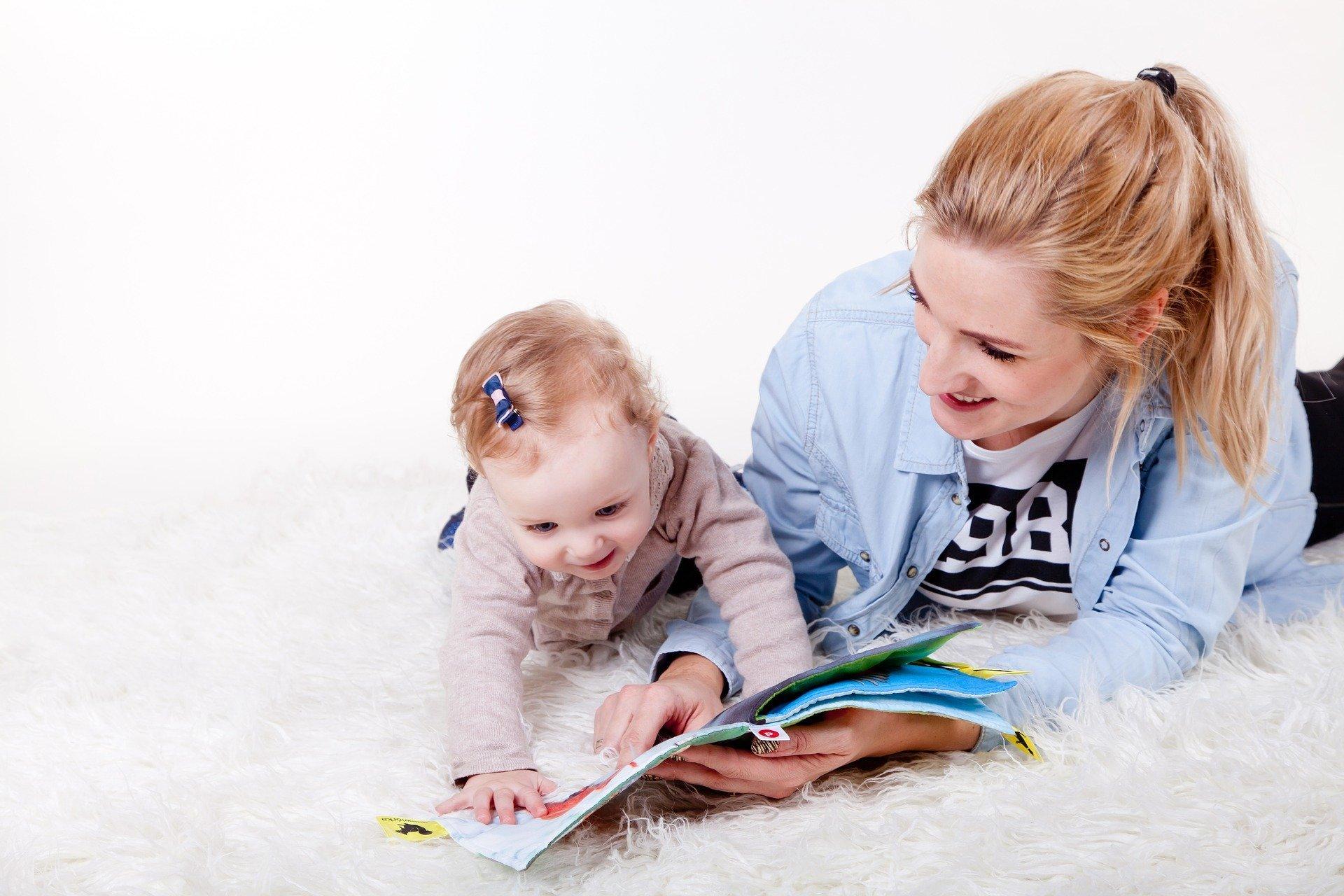 Il congedo parentale straordinario è stato introdotto dal Decreto Cura Italia, Decreto Legge 17 marzo 2020, n. 18, per supportare i lavoratori con figli durante il periodo di emergenza Coronavirus. Il congedo parentale straordinario può essere fruito dai genitori lavoratori con figli fino ai 12 anni di età e viene retribuito al 50% dello stipendio percepito. Il congedo parentale ordinario invece viene retribuito al 30%. Possono fruirne anche i genitori con figli di età compresa tra i 12 e i 16 anni ma senza poter beneficiare della retribuzione. Vediamo insieme a chi spetta e come funziona il congedo parentale straordinario e chi non può richiederlo. Come funziona il congedo parentale straordinario Il congedo parentale straordinario spetta durante il periodo di emergenza sanitaria da Coronavirus ai lavoratori dipendenti del settore pubblico, statale e privato e ai lavoratori autonomi. Vediamo insieme come fruire del congedo parentale straordinario: • Può essere fruito da entrambi i genitori ma in giorni differenti e nel limite di 15 giorni sia singolarmente che in coppia; • Può essere fruito anche di sabato e domenica; • Possono richiederlo anche i lavoratori che hanno utilizzato tutti i giorni di congedo parentale ordinario; • È possibile utilizzarlo a giornate e non ad ore; • I genitori con figli di età compresa tra i 12 e 16 anni possono richiedere il congedo al datore di lavoro, ma senza poter beneficiare della retribuzione; • Possono accedervi anche i genitori che lavorano in modalità smart working; • È coperto da contribuzione figurativa. Chi non può richiedere il congedo parentale straordinario Il congedo parentale straordinario non può essere richiesto se: • È stato richiesto il bonus baby sitting. Il congedo straordinario e il bonus baby sitting non sono cumulabili; • Uno dei due genitori è disoccupato o usufruisce già di agevolazioni o bonus a sostegno del reddito; • Se un genitore utilizza l'estinzione dei permessi per legge 104, l'altro genitore non può r